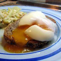 La forma más eficaz de hacer un huevo escalfado: en el microondas (y algunas recetas para celebrarlo)