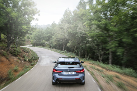 BMW Serie 1 2020 trasera en carretera