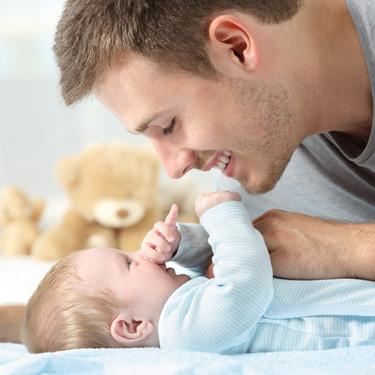 Permiso de paternidad: a partir del 1 de enero los padres disfrutarán de 12 semanas de baja remunerada