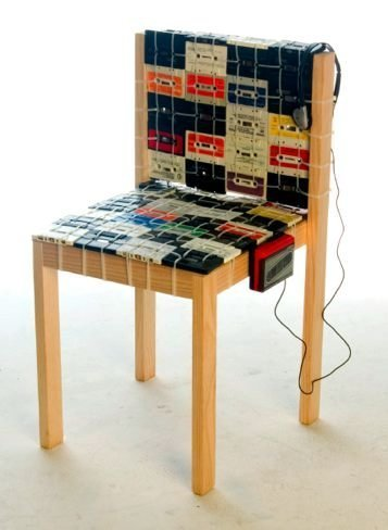 Una silla hecha con cassettes