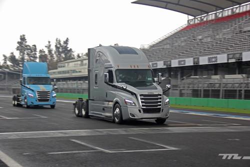 ¡Manejamos un tráiler! Freightliner nos mostró lo más nuevo en motores y tecnología para México