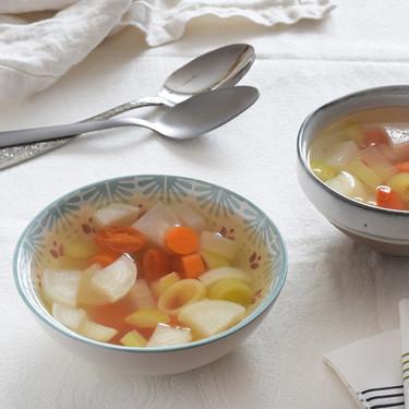 Sopa vegana de verduras con agua de coco: receta saludable y ligera para la que no necesitas caldo