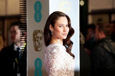 Olga Kurylenko roba todas las miradas en los BAFTA 2016
