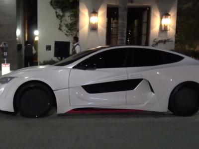 Mira lo que will.i.am le ha hecho a este pobre Tesla Model S