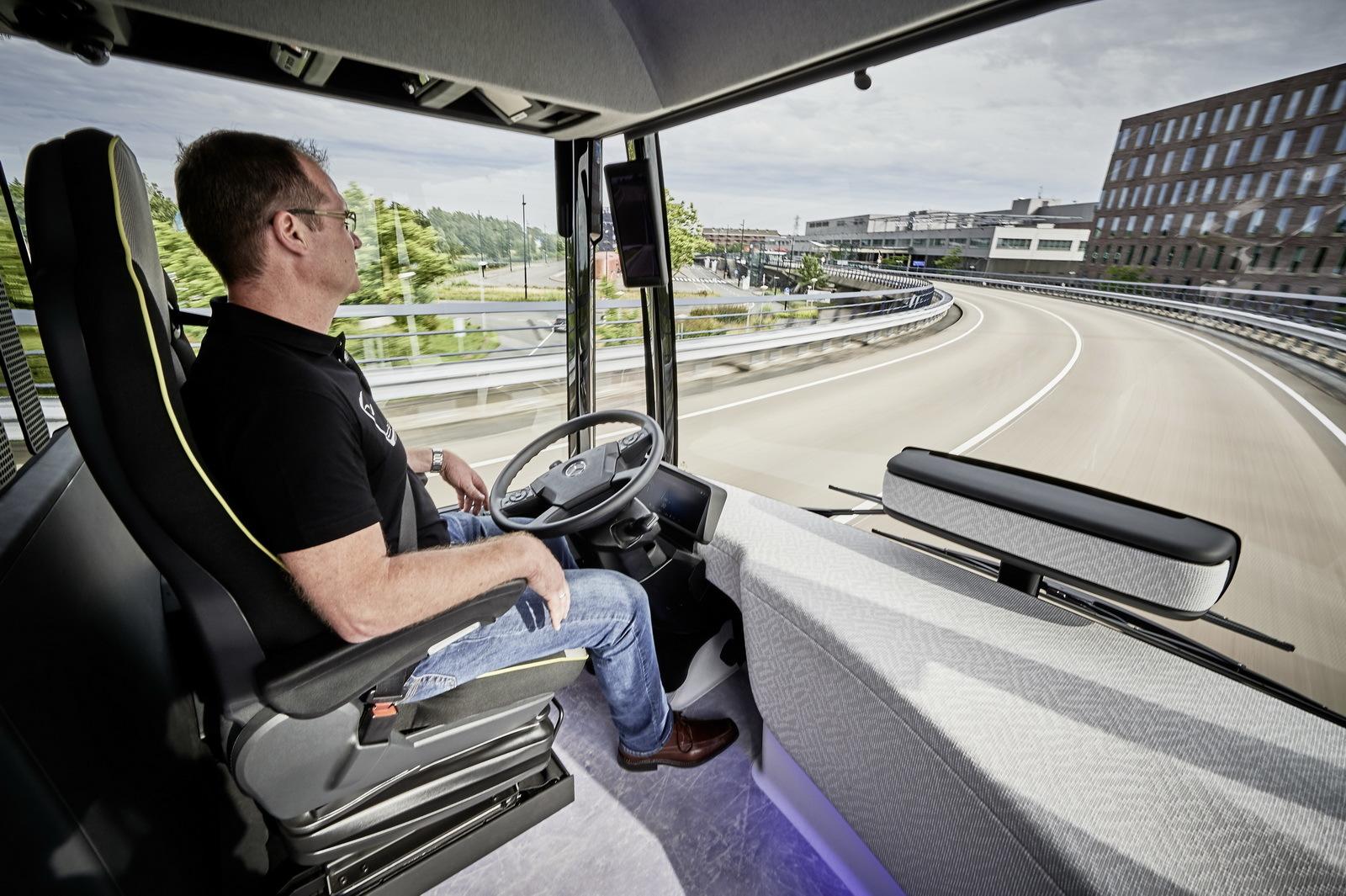 Mercedes-Benz Future Bus (23/36)
