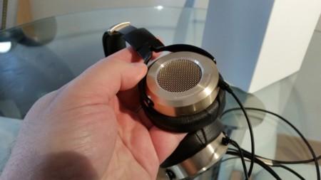 Detalle de la rejilla de los auriculares