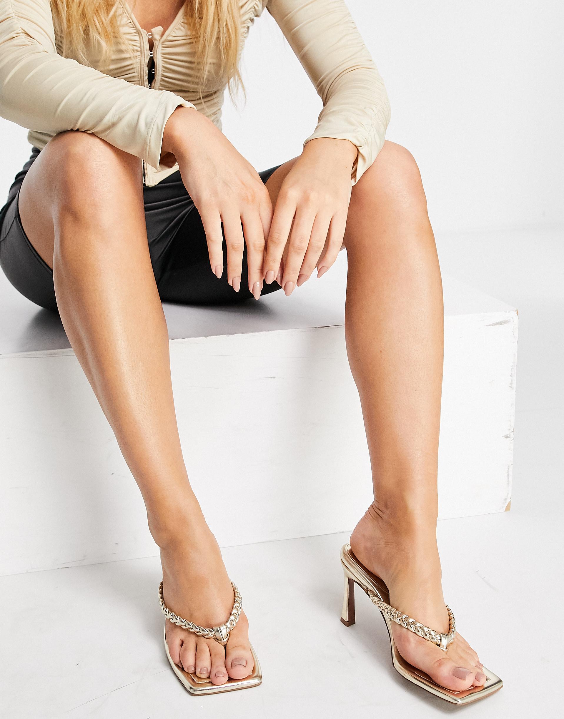 Sandalias doradas de tacón con tira para el dedo