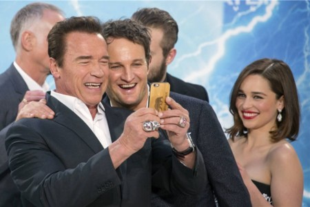 Arnold Schwarzenegger y Jason Clarke se hacen un selfie durante la premiere de Terminator Génesis