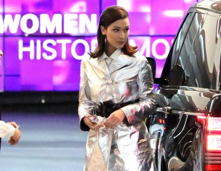 Bella Hadid no viene del futuro, pero se convierte en la astronauta más chic para el evento de Dior Beauty