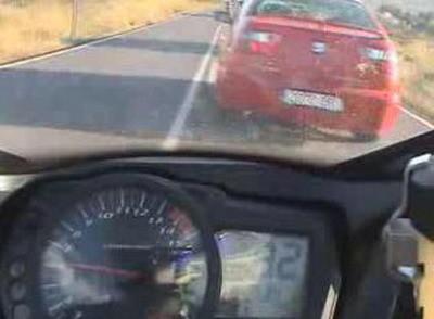 Accidente de moto con recordatorio: antes de adelantar hay que mirar siempre por los retrovisores