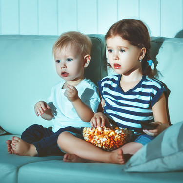 Mirar fijamente una pantalla puede generar problemas de vista en los niños: medidas para protegerlos