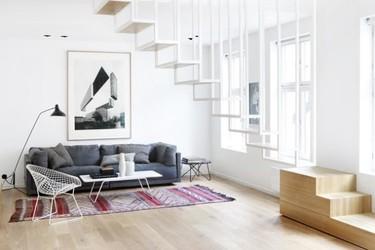 Una espectacular escalera como protagonista de una vivienda moderna en Oslo