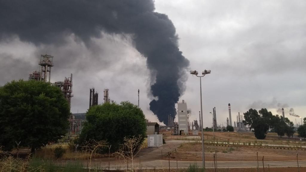 Un rayo, dos tanques de combustible y una enorme columna de humo: qué hace una de las mayor refinerías de petróleo del país en el corazón de la Mancha