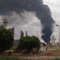 Un rayo, dos tanques de gasoil y un enorme incendio: qué hace una de las mayor refinerías de petróleo del país en el corazón de la Mancha