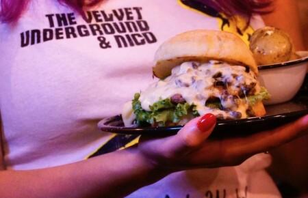 POP UP de Andrés Lhima en Indómita: el plan de fin de semana en el que podrás comer de hamburguesas sin reglas y conseguir piezas de arte utilitario de México