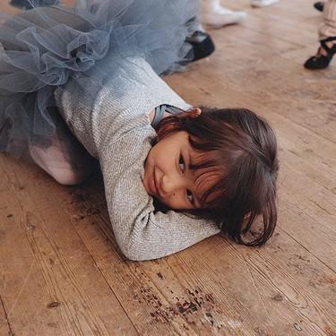 No sabemos si el truco de esta madre para que sus hijas paren quietas y se relajen es el mejor pero sí el más divertido