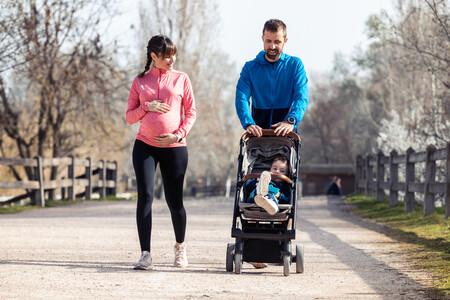 Familia con peque caminando