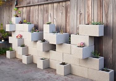 Un jardín vertical hecho con bloques de cemento