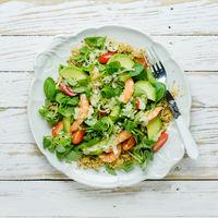 Ensalada al estilo asiático de quinoa y gambas: receta ligera para una cena deliciosa