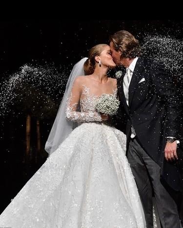 No hay nada que brille más que el vestido de novia de Victoria Swarovski: 500.000 cristales, 45 kilos de peso y casi 800.000 euros