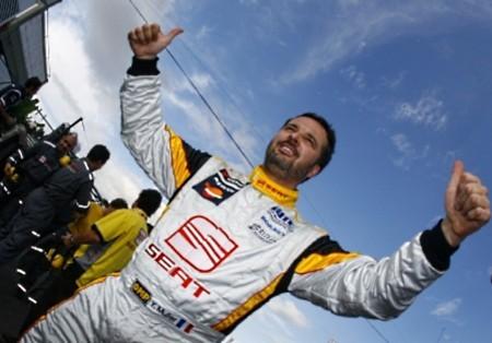 Yvan Muller se lleva la primera en Curitiba