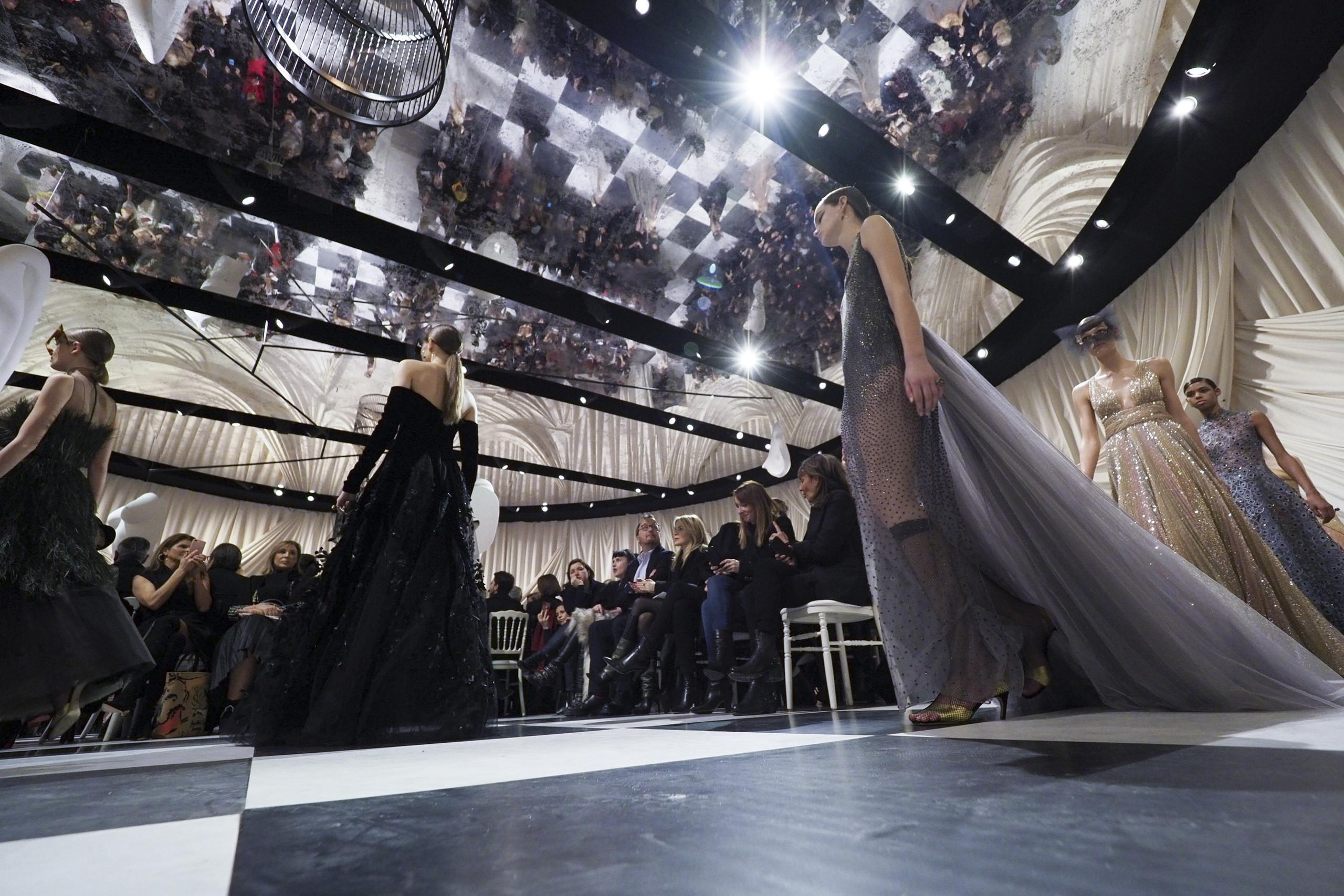 Foto de Dior Alta Costura: Maria Grazia Chiuri y su mágico desfile en blanco y negro Primavera-Verano 2018 (11/74)