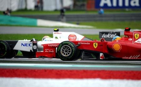 Fernando Alonso y Sergio Pérez en carrera