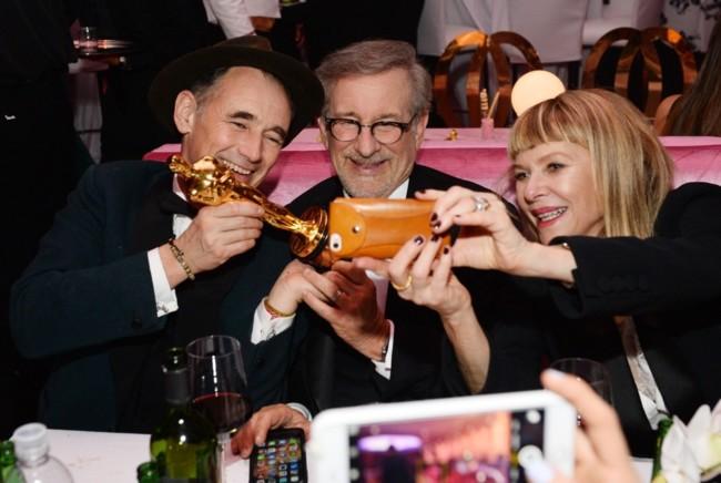 Mark Rylance, Steven Spielberg y Cate Capshaw celebran el Oscar del actor