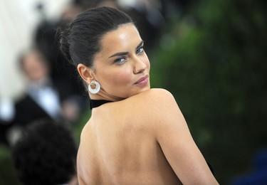 Adriana Lima presume de cuerpazo con un vestido lleno de aberturas en la Gala MET 2017