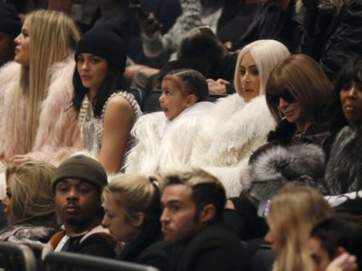 Kim Kardashian de platino, Khloé y Lamar juntos,... anécdotas de todo tipo en el desfile Yeezy 3