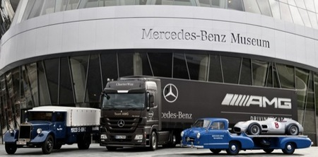 Los camiones de Mercedes cumplen 75 años transportando coches de competición