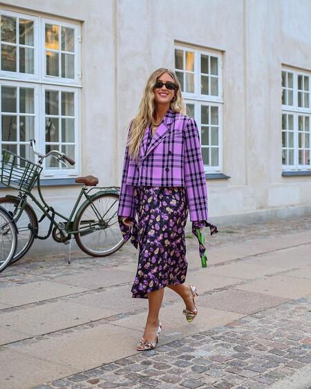 Ya no son amarillos y marrones, ahora se tiñen de púrpura y negro. Los cuadros de Baum und Pferdgarten vuelven a invadir el street style