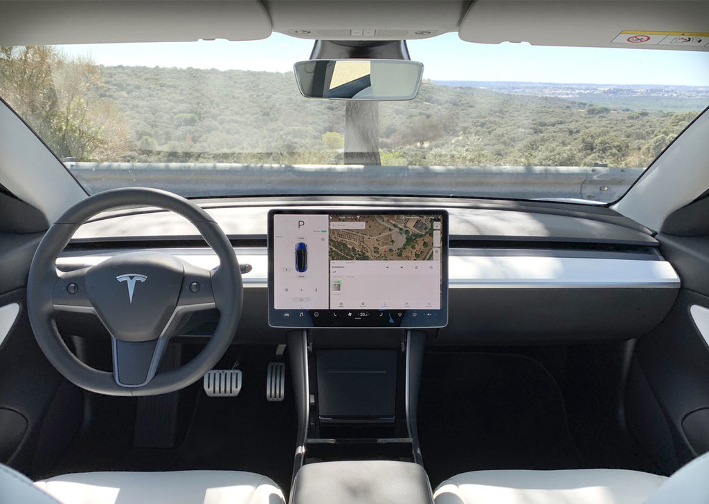 Los Tesla Model 3 tienen una cámara justo encima del retrovisor pero hasta ahora Elon Musk no había justificado por qué está ahí