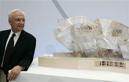 Gehry junto maqueta museo