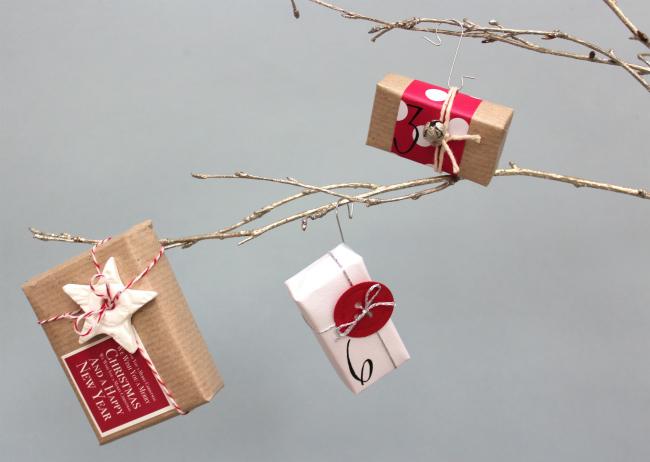 Cajas de adviento en el árbol de Navidad