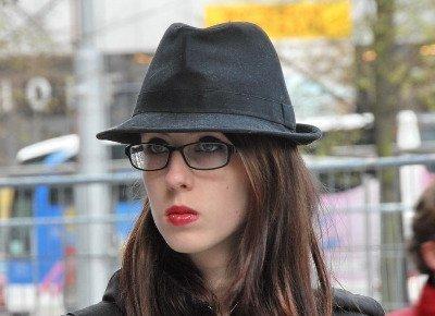 Chica con sombrero.