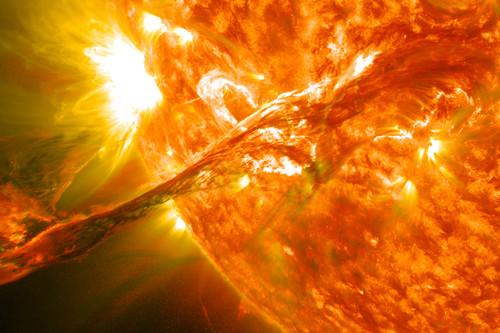 De las nubes de polvo y gas a los agujeros negros: así nacen, crecen, mueren y se reproducen las estrellas