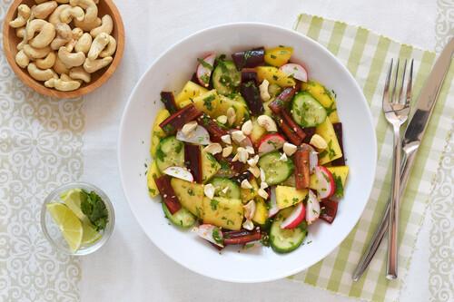 Ensalada de mango con hortalizas crujientes y anacardos: receta saludable sin encender ni un fuego
