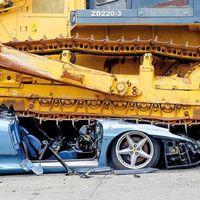 En Filipinas destrozan un Ferrari importado ilegalmente (video no apto para débiles de corazón)