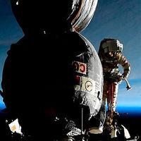 Investigando en órbita con cuchillo y cizalla: así fue el paseo espacial para investigar un misterioso agujero en la Soyuz MS-09