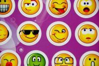 Transmitir tu alegría en un email es casi imposible... a no ser que uses emoticonos ;)