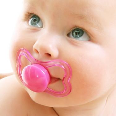 Chupar el chupete del bebé podría ayudar a prevenir alergias y asma, pero mejor no lo hagas: la AEP lo desaconseja