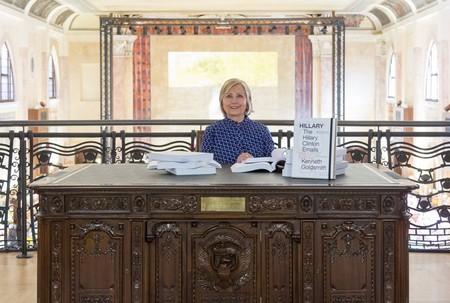 Hillary Clinton se pasa al arte moderno: va por sorpresa a la Biennale de Venecia y lee sus famosos emails