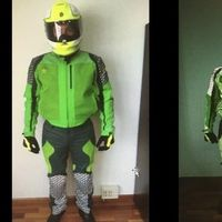 """La Guardia Civil rechaza un traje de moto para equiparse: """"El color no es idóneo para atender al público"""""""