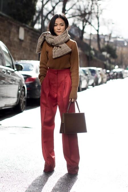 Un clásico que regresa cada invierno: nueve bufandas de cuadros que nunca pasarán de moda