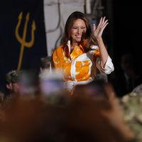 Melania Trump combina a la perfección el naranja con el amarillo, dos de los tonos de la temporada, en un look de capital español