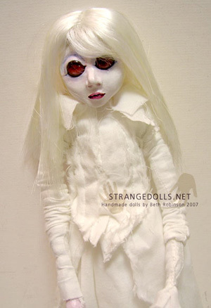 Strange Dolls, con pelo y dientes humanos