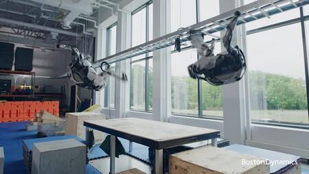 Los sorprendentes robots de Boston Dynamics ahora son capaces de hacer (un poco) de parkour