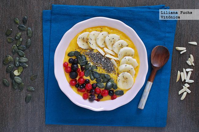 Smoothie bowl de mango y plátano con semillas y frutos rojos. Receta saludable