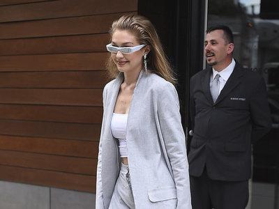 Gigi Hadid o cómo levantar un sencillo y estiloso look a lo más alto gracias a unas originales gafas de sol